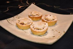 This yummy mince pie recipe is a Christmas must have dessert.  Served cold or warm it always tastes great.